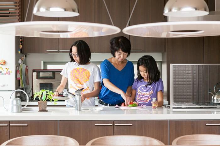 フルフラットのキッチンは使いやすく、子どもたちもお手伝いしやすい。「ふたりともよく手伝ってくれます」。