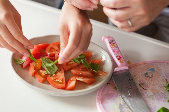 バルコニーで育てたバジルを使ってお料理。料理好きな心咲音ちゃんには専用の包丁とまな板がある。