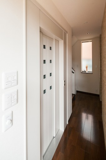 ホームエレベーター(左手)は、重いものをキッチンに運ぶのにも役立つ。