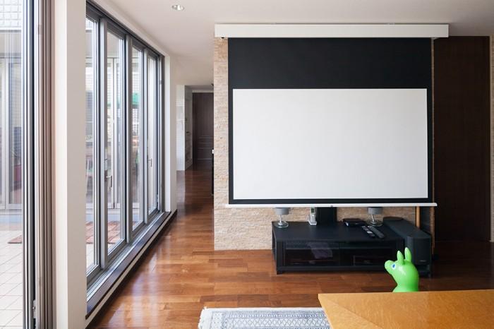 大画面で映画を見るためのスクリーン。左手はバルコニーにつながる。