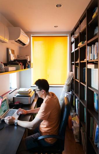 3階の丈幸さんの書斎。こちらも扉を設けないことで、小さな空間ながら圧迫感を感じないように。