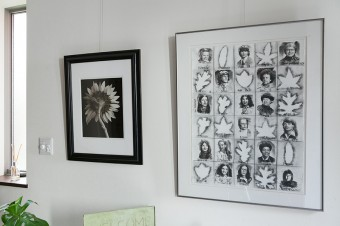 玄関にも写真や絵を飾って。右の作品は、丈幸さんがアメリカに留学していたときに描いたものだそう。