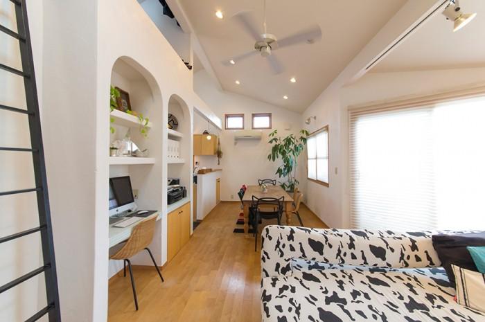 開口部の大きさ、天井の高さなどが開放的な雰囲気を与えるリビング&ダインング。壁際に仕事用スペースも設置した。