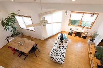 ロフト風に設置されたホビールームからの2階リビングの眺め。床材はチーク材を使用。1階はパイン材。