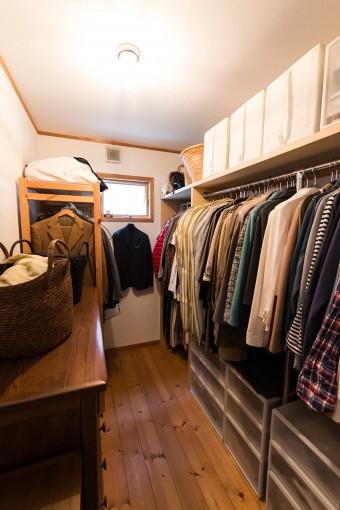 「服は名刺替わり」という尚子さん。コーディネートしやすいよう、見やすく収納。手前のかごは夫用。
