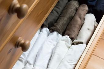 Tシャツなどは小さく畳んで立てて収納。色別に分けて選びやすいように工夫している。