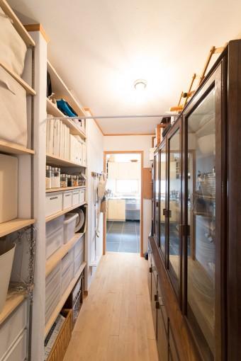 キッチン脇のパントリーは、反対側の廊下にもつながる。全てのものを一括しているので、炊事にも掃除にも便利。