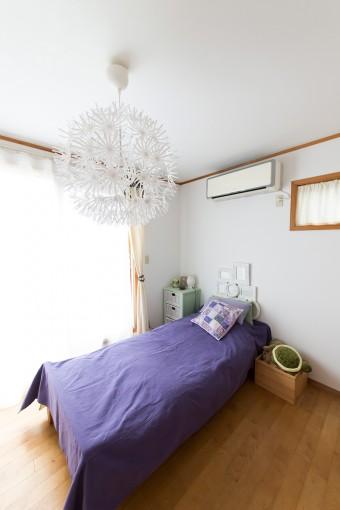 長女の部屋は、お子さんのイメージに合うパープルで統一。お子さんが選んだIKEAの照明に合うようにコーディネート。