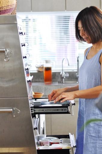 食器はツールボックスに納めている。車の整備工場などで工具入れとして使われているものだ。