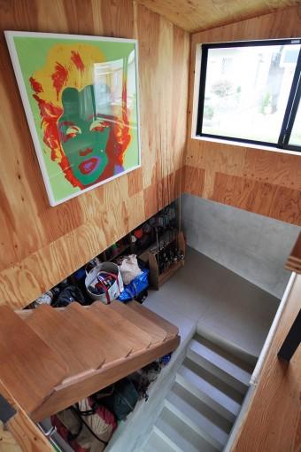 丸みを帯びた木の階段は友人で家具デザイナーの藤森さんにつくってもらったもの。