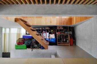 畳のスペースの向かいにはキャンプや釣りの道具が収まる。