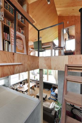 左に天井の低い畳の間がある。ここに寝転んで見る外の景色もいい。