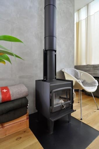 暖炉は納谷さんの冬のお気に入り場所。