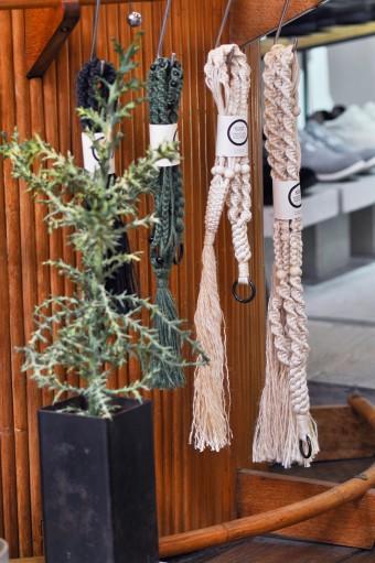 植物を担当している石田氏オリジナルのロープは様々なサイズの鉢もフレキシブルに対応。