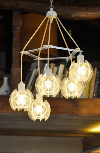 趣のある照明。フロアライトやテーブルライトも。