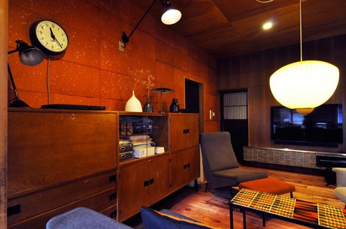 ユニット式のキャビネットはR.J.カイエットのデザイン。disderot社のデスクランプが和紙を継いだ壁を照らす。