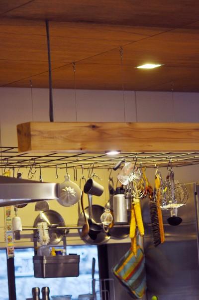 DIYショップで安く買ったメッシュのワイヤーを天井から下げている。照明は放熱の少ないLEDなので木に埋め込む事もできる。
