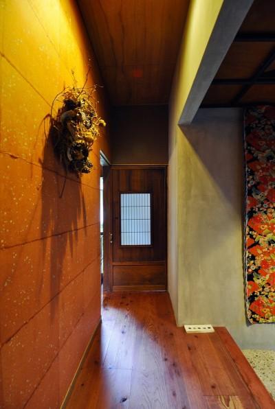 右のタペストリーは京都「MIZRA」オリジナルの限定品。アンティーク着物生地が赤耳付のデニムにキルティングされている。