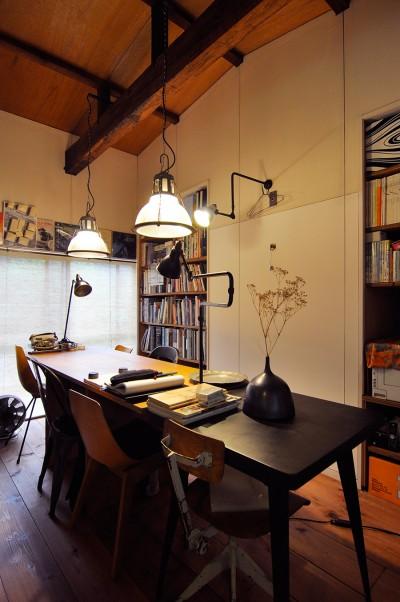 フランス製のholophane社やGRASのランプが存在感を放つアトリエ。「奥のテーブルは大工さんに安く作ってもらいました」