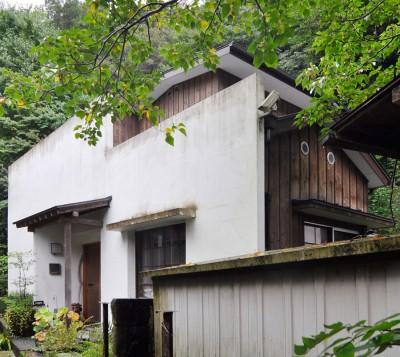 白の漆喰の壁と、和風な誂えの玄関が印象的な宮田邸。