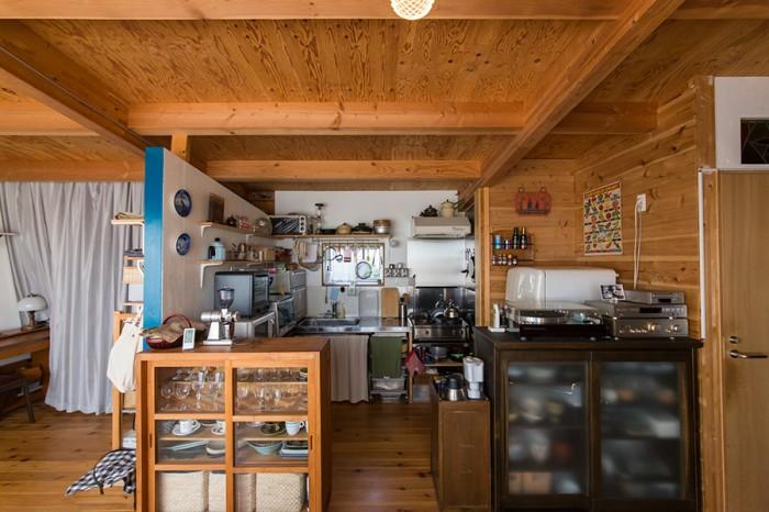 木で覆われた室内は、ロッジ風のナチュラルな雰囲気。整然と片付けられたキッチンでは、夫も料理を楽しむ。