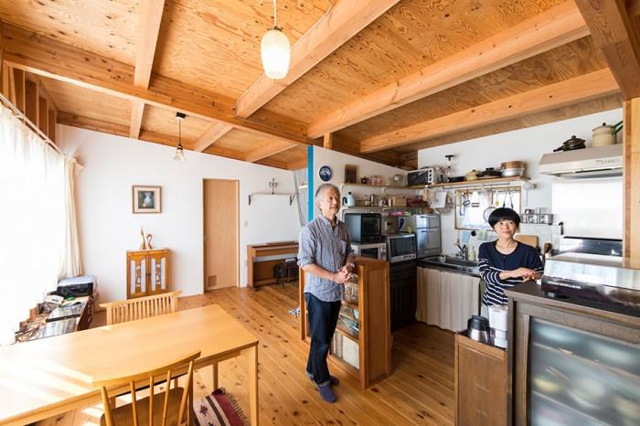 天井がむき出しの分、高さも確保できる。無垢の杉材を使った床には、ふたりで保護材を塗って仕上げた。