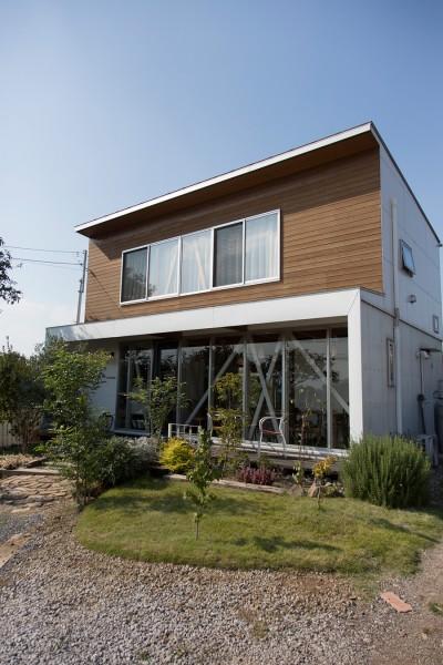 外壁はサイディング材ではなく自然素材を使いたかった。フレキシブルボードとの併用でコストもクリア。