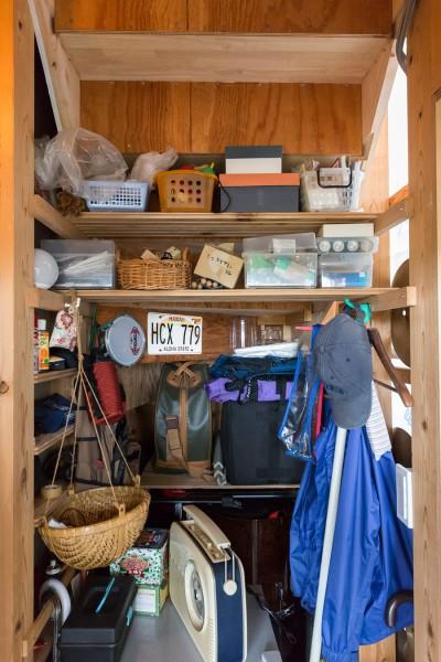 階段下は楽器庫。趣味の道具を収める。