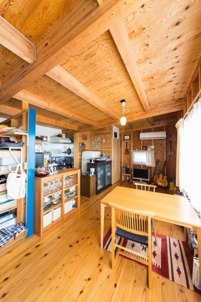 ふしのある床が素朴な味わい。テーブルは天童木工の作家、水之江忠臣の作品。