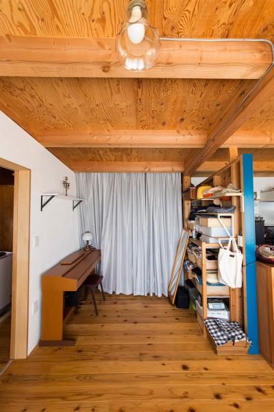 このスペースを寝室として活用している。柱は最近、アクセントとしてブルーに塗装した。