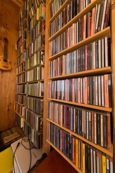 むき出しの構造を活かしてCDの収納棚に。ソウル、フュージョン、ワールドミュージックなどを好む。