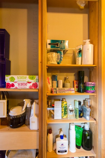 洗面所の引き戸を閉めると現れるのがこの部分。棚はもちろんDIYで作成。