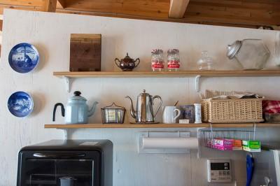 仕切りの壁をペンキで塗装し、棚を設置。キッチン小物も美しくディスプレイ。