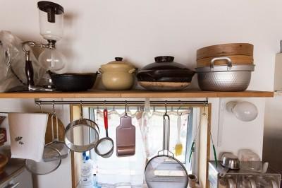 キッチンツールは吊り下げて使いやすく。調理器具にもこだわりが感じられる。