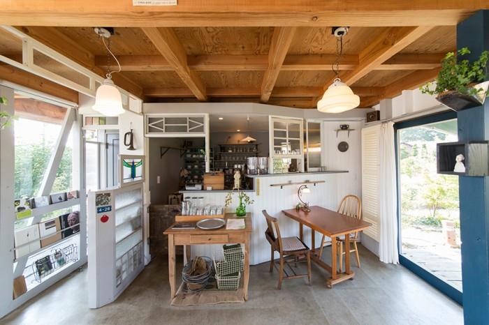 1階のカフェ「ASTERISK」。ふたりで力を合わせ造り上げた。