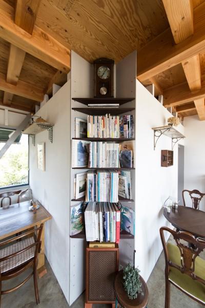 カフェの一角の書棚。ゆっくり本や雑誌を読んで過ごすお客さんが多い。スピーカーは古いダイヤトーン。
