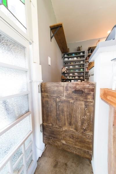 ワインの木箱を壊して、1枚の板につなぎ合わせたものを扉に使用。