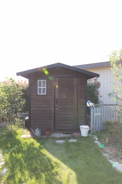 ネットで購入したキットを使って作成した小屋。ガーデニンググッズなどを収める。