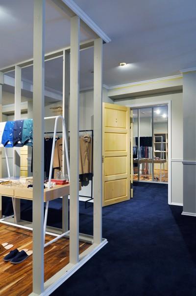 廊下の扉をあけると全身鏡が現れる。