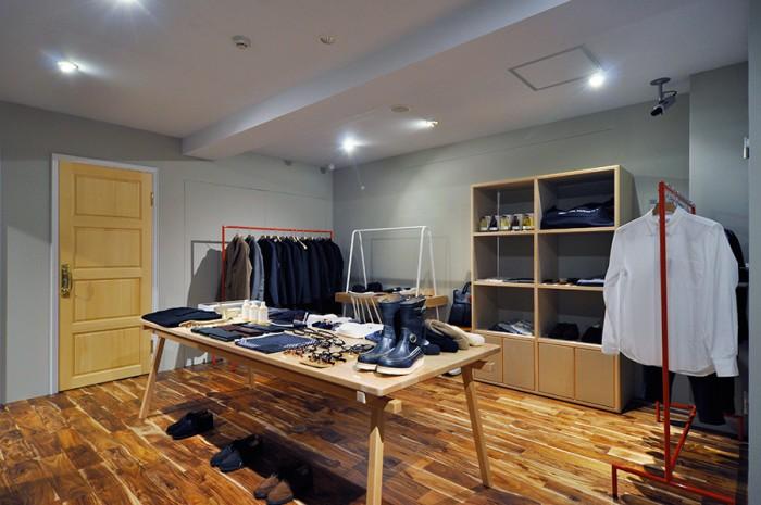 店内の扉は、優しい色味と美しい木目が特徴のヒバで統一。左の扉の奥は試着室。