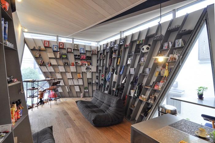 ソファはligne roset のTOGO。座布団のような感じのソファという。天井は斜線制限から3階を少し2階へと押し込むような形にしたために傾斜しているが、それが階段とともに空間に動きをもたらしている。