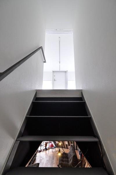 階段の途中から2階と3階を見る。