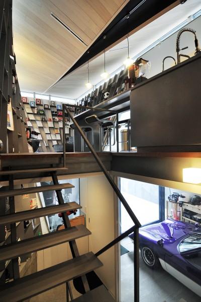階段の踊り場から1階の車庫と2階を見る。