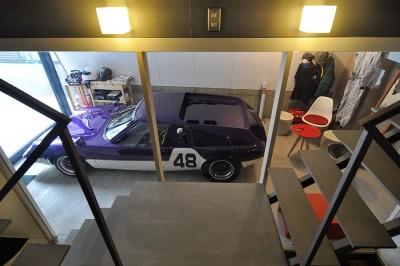 内部からも車を眺めることができる。