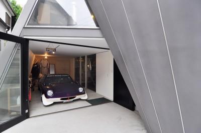 """敷地にまで入り、""""見せ車庫""""の中を覗き込む人がいるという。"""