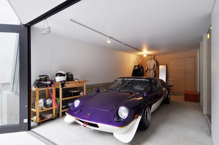 愛車のロータス・ヨーロッパ。日本では『サーキットの狼』に登場したことでも有名なイギリスのスポーツカー。