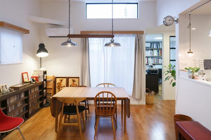 リビングの壁には、より光を取り込むために、オプションでハイサイドウィンドウを設けている。ダイニングテーブルの上の照明は、パシフィック・ファニチャーで買ったランプシェードを、友人でtry carpenters代表の米澤里夫さんに加工してもらった。