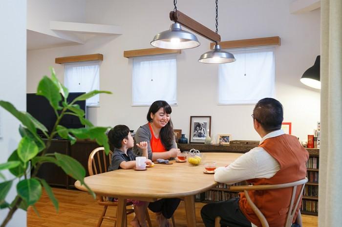 バタフライテーブルはウェグナーのもの。「広げると8人は座れます」。椅子はウェグナーのYチェア、同じくウェグナーのCH33P、アーコール、イームズなど、好きなものを組み合わせて使っている。
