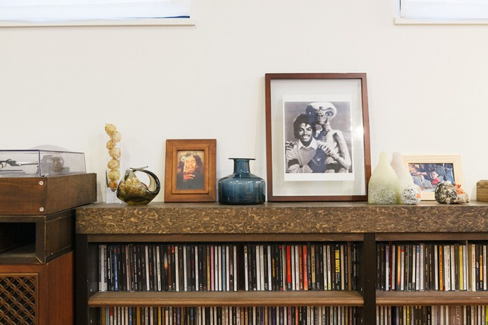 大切に使ってきた家具に、やはり二人の共通の趣味であるレコードやCDが納められている。棚の上にも二人の好きなものが並ぶ。