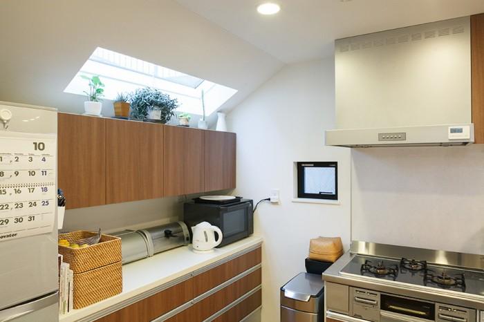 キッチンにもルーフウィンドウを設けて、光を取り込んでいる。